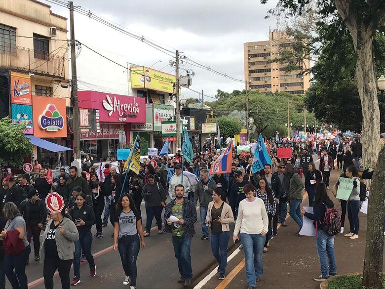 Educadores e sindicalistas participaram do ato em Dourados e todo país - Crédito: Renato Giansante