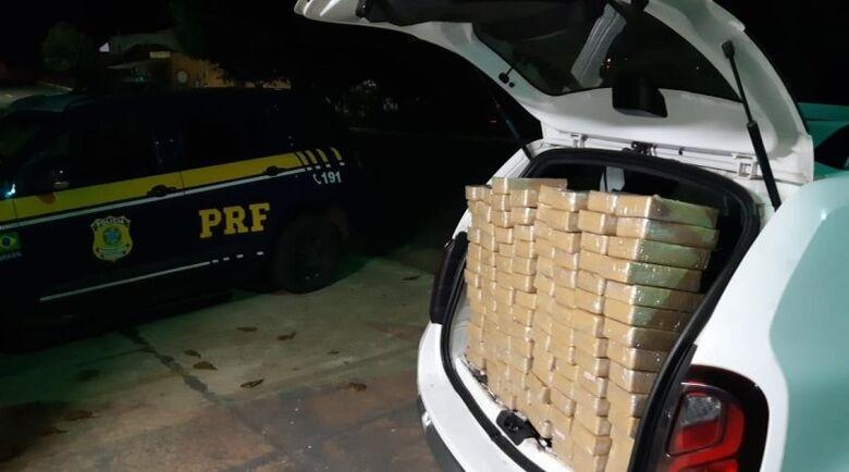 Droga estava em um fundo falso do veículo - Crédito: Divulgação/PRF