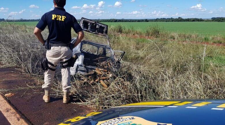 Carro ficou destruído assim como parte da carga de droga - Crédito: Divulgação/PRF
