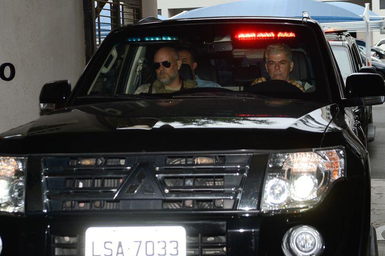 ex-governador do Rio de Janeiro Sérgio Cabral é levado preso na operação Lava Jato em viatura da Polícia Federal na sede na Praça Mauá - Crédito: Fernando Frazão/Agência Brasil