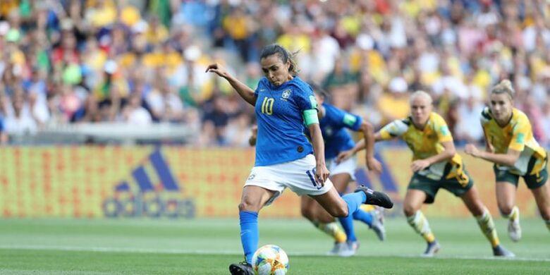 Marta marcou o primeiro gol da seleção em cobrança de pênalti - Crédito: Fifa/Getty