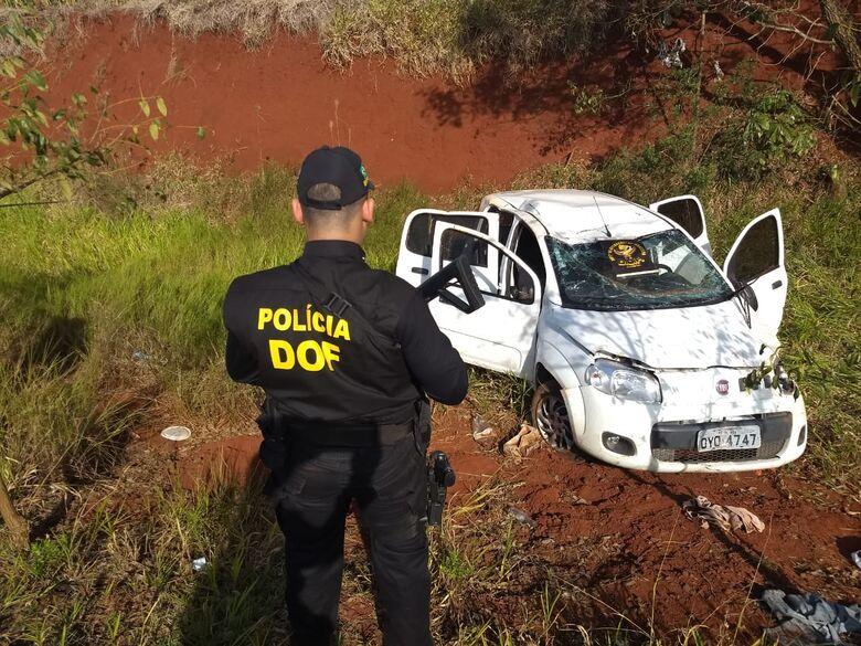 Veículo capotado na região de Dourados - Crédito: Divulgação/DOF