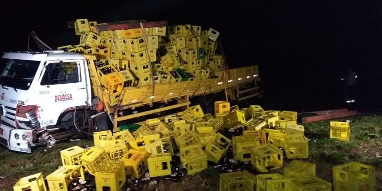 Cerveja ficou espalhada na pista com o acidente - Crédito: Cido Costa