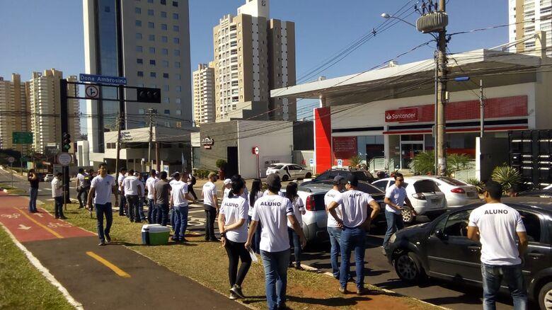 Parte dos aprovados esteve realizando o ato solidário nesta segunda-feiras - Crédito: Divulgação