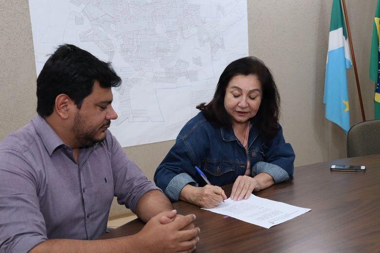 Délia assinou decreto ao lado do vereador Marcelo Mourão no final da manhã de segunda-feira - Crédito: A.Frota