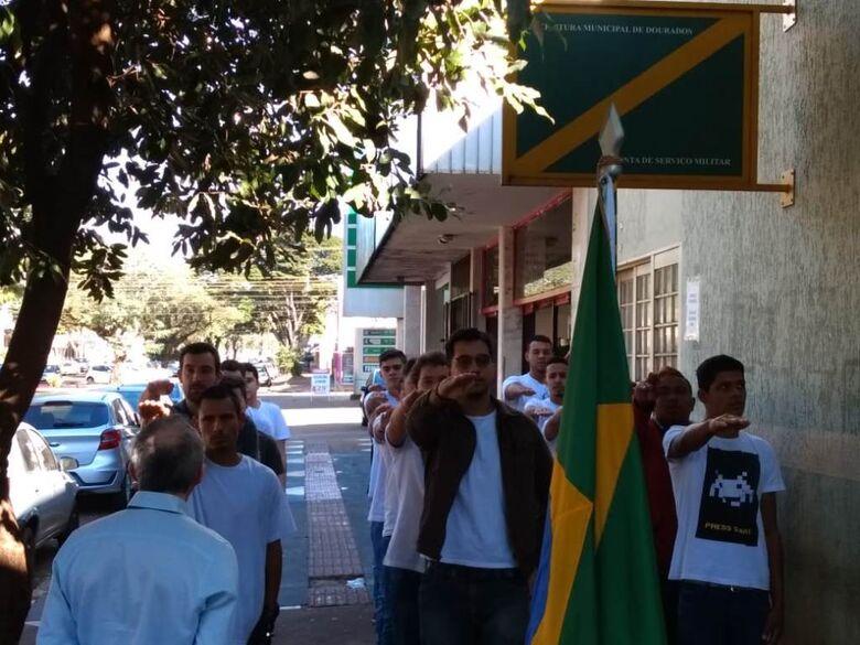 Jovens receberam Certificado de Dispensa de Incorporação e prestaram juramento à Bandeira Nacional - Crédito: Divulgação