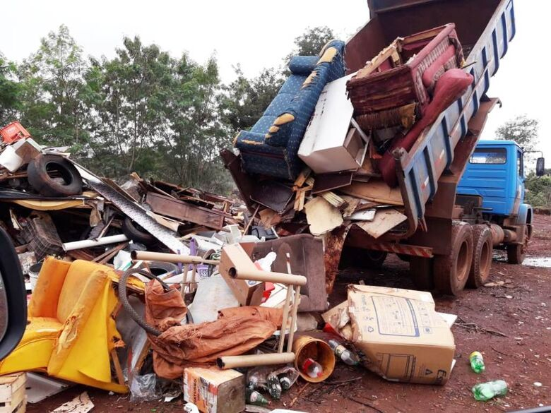 Ação Sábado Sem Mosquito recolheu mais algumas toneladas de lixo e materiais inservíveis em bairro de Dourados - Crédito: Divulgação/PMD