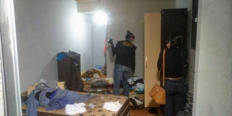 Corpo estava no quarto da quitinete em estado de decomposição - Crédito: Cido Costa