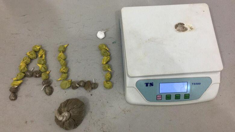 Droga e balança que estavam na residência de um dos jovens presos - Crédito: Divulgação/PM