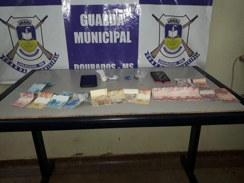 Droga e dinheiro apreendido com os traficantes - Crédito: Divulgação/GMD