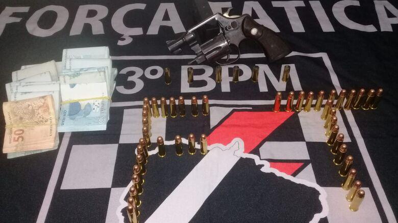 Arma, munições e dinheiro apreendidos pela PM - Crédito: Divulgação/PM