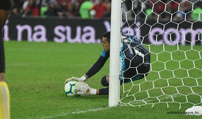 Santos brilhou nas penalidades e garantiu o Athletico na semifinal - Crédito: Divulgação/Athletico