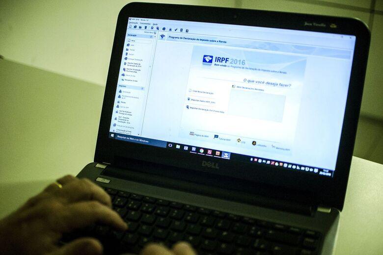 Contribuinte deverá acessar a página da Receita na Internet, ou ligar para o Receitafone 146 - Crédito: Marcelo Camargo/Agência Brasil