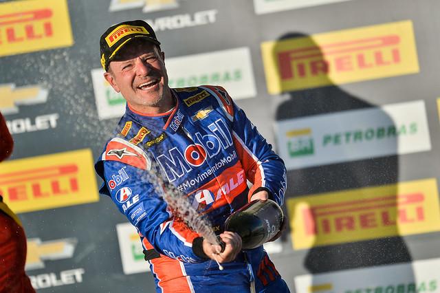 Festa de Rubens Barrichello com a vitória da corrida 2 em Campo Grande - Crédito: Duda Bairros/Vicar