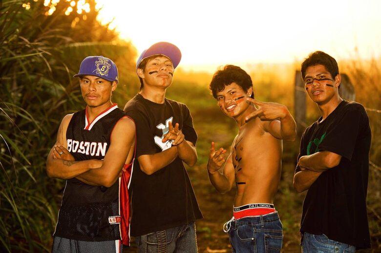Episódios narram o dia a dia de jovens guaranis-kaiowás que, pela música, buscam expressar sua visão sobre a realidade da reserva, conflitos por terra e preconceitos - Crédito: Divulgação