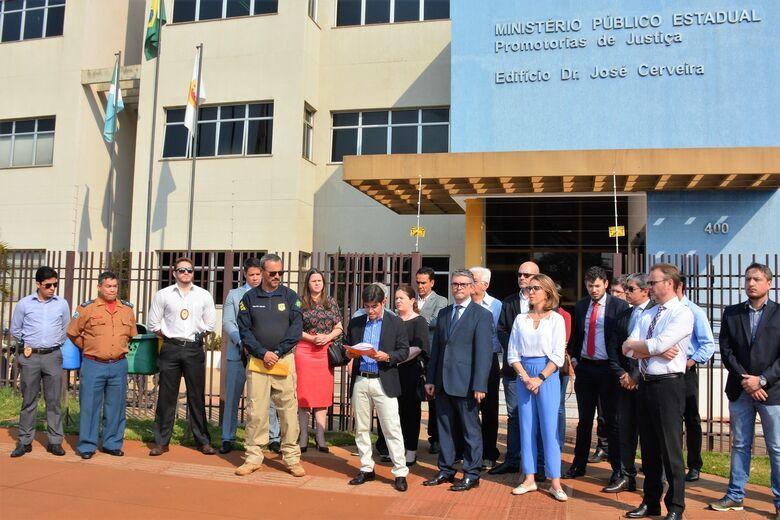 Juízes, promotores e membros do COISED se manifestaram ontem em Dourados contra o projeto - Crédito: Hédio Fazan