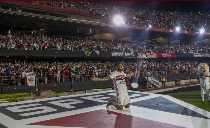Craque foi recepcionado por quase 45 mil pessoas e se junta à torcida descalço sobre o escudo do Tricolor - Crédito: Miguel Schincariol / saopaulofc.net