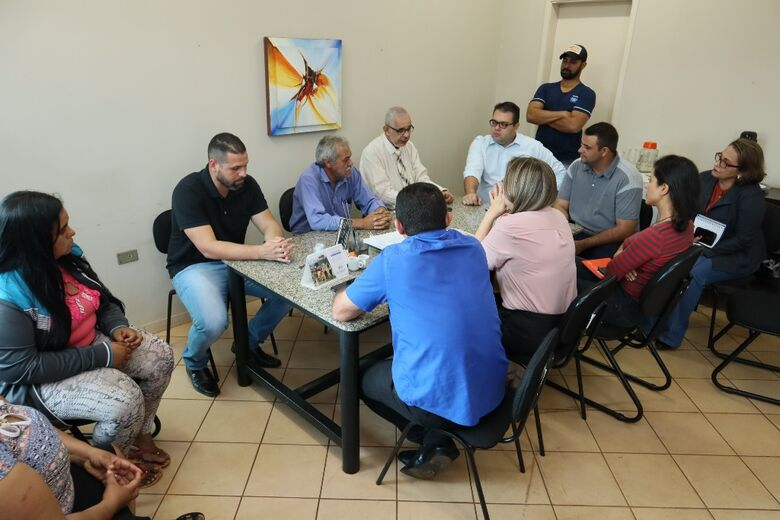 Secretário de Educação recebeu vereadores e moradores das comunidades e garantiu o transporte dos alunos - Crédito: A.Frota