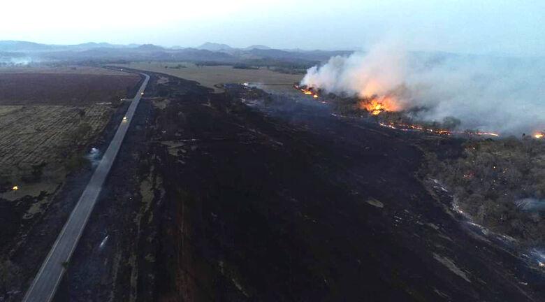 Fogo queimou uma extensa área ao lado da MS-178, rodovia que liga os municípios de Bonito e Bodoquena - Crédito: Divulgação