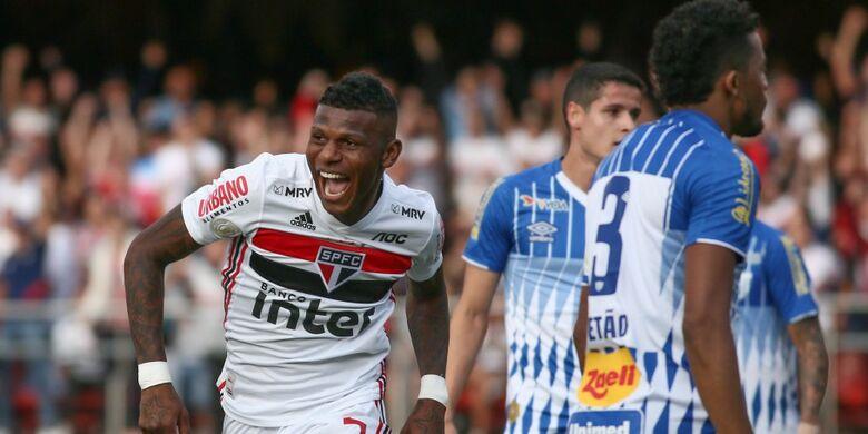 Com um jogador a mais desde o 1º tempo, São Paulo bate Avaí e entra no G-4 - Crédito: Marcello Zambrana/Agif