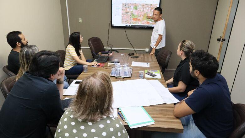 Secretários e técnicos da Prefeitura participam da primeira reunião para a elaboração do projeto de duplicação da Rua Coronel Ponciano - Crédito: A.Frota
