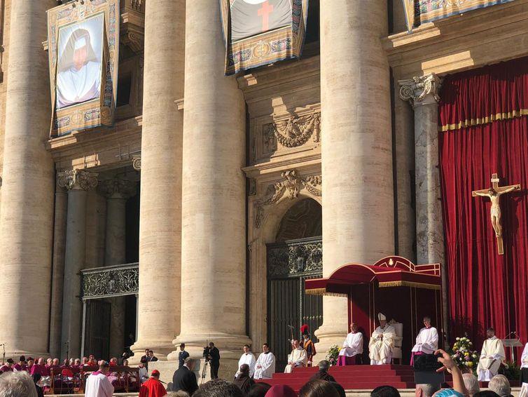 O Vice-presidente, general Hamilton Mourão e a esposa, Paula Mourão, participam da cerimônia de canonização de Irmã Dulce na Santa Sé, no Vaticano - Crédito: Twitter / vice-presidente Hamilton Mourão