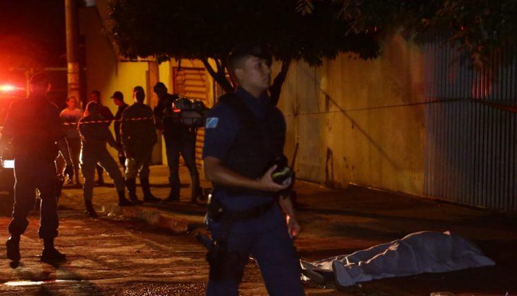 Na rua onde o corretor foi morto ficou tomada de populares - Crédito: JP News