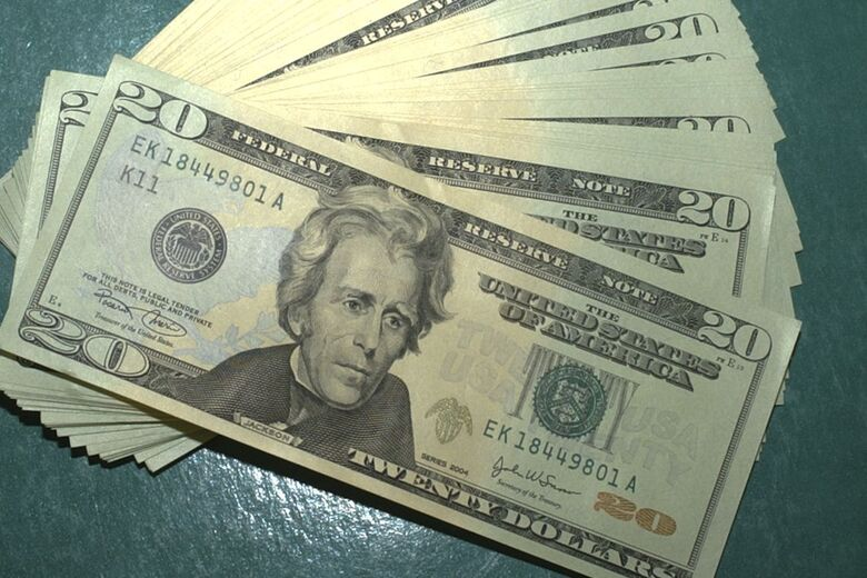 Dólar volta a cair e aproxima-se de R$ 4 - Crédito: Marcello Casal JrAgência Brasil
