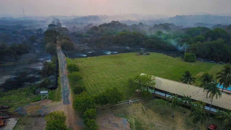 Fogo aproximou-se de uma pousada situada entre o Morro do Azeite e o Rio Miranda, nos limites de Miranda e Corumbá - Crédito: Divulgação