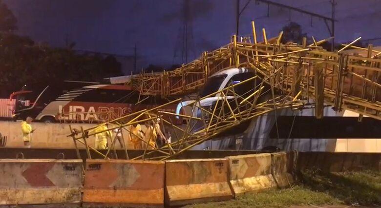 Passarela cai e bloqueia Marginal Tietê no sentido interior - Crédito: Reprodução/TV Globo
