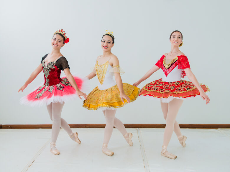Bailarinas que farão formatura no dia 30: Emanuela, Ingrid Torres Oliveira e Mellissa Lisiê Ramos - Crédito: Studio 2 por 2