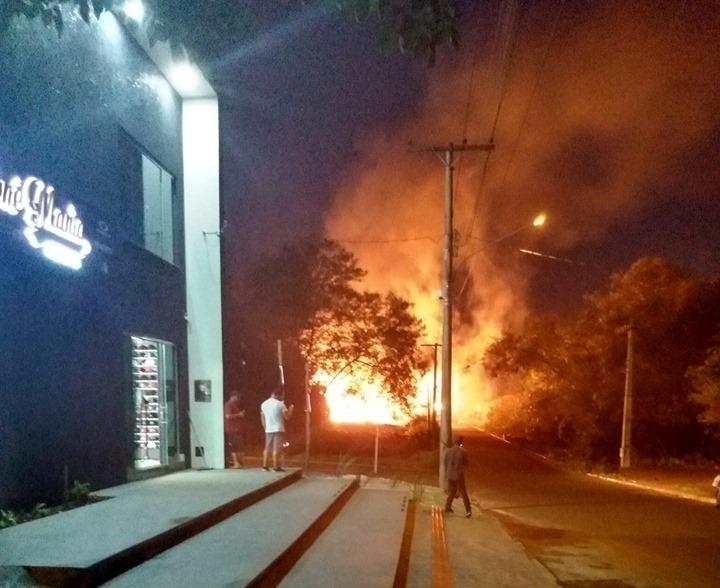 Altas chamas e muita fumaça assustaram os moradores - Crédito: Raissa Souza