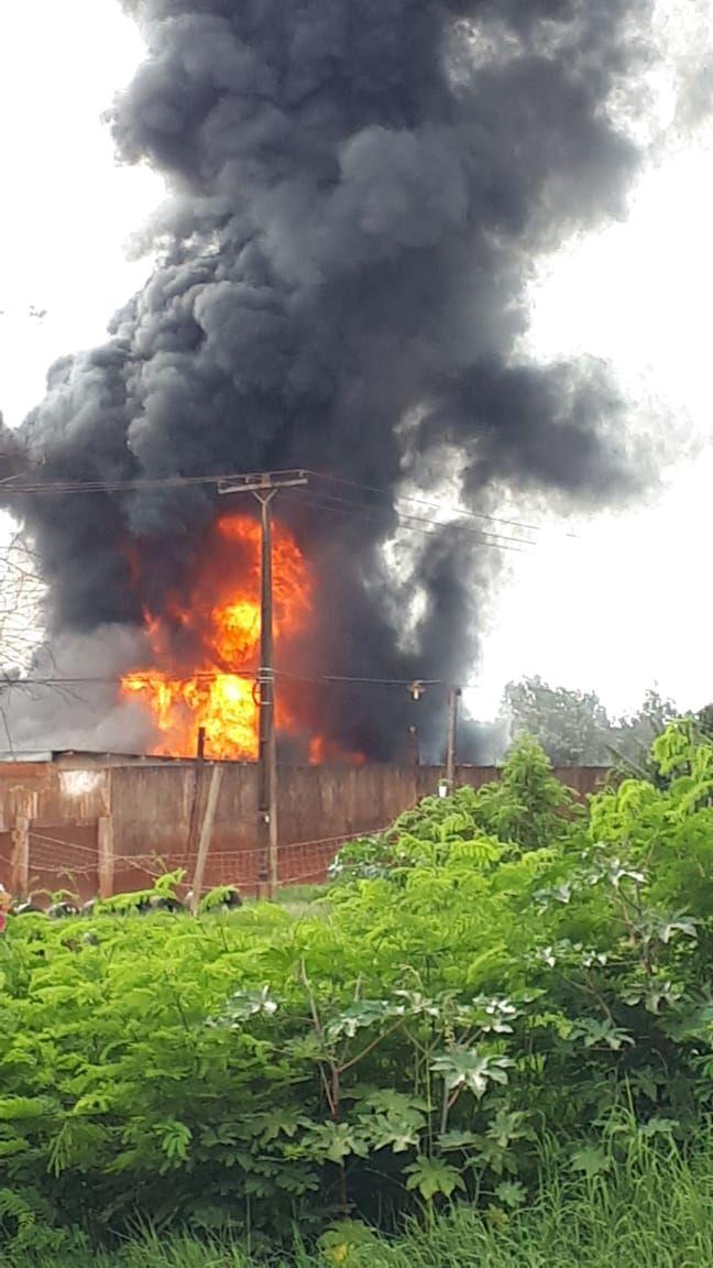 Helicópitero cai e causa um grande incêndio, que só foi controlado tarde da noite - Crédito: ABC Color