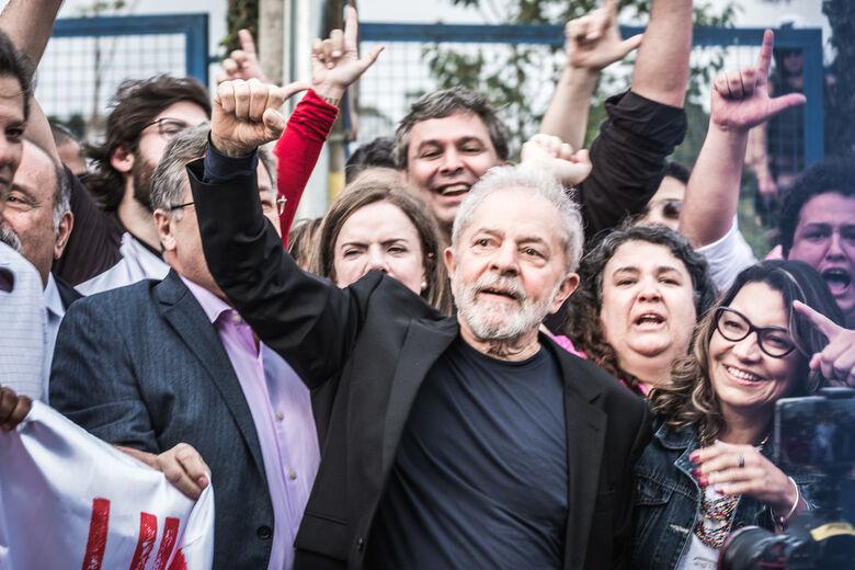 Após ganhar liberdade, Lula deixa a sede da PF em Curitiba - Crédito: Gibran Mendes / CUT Paraná