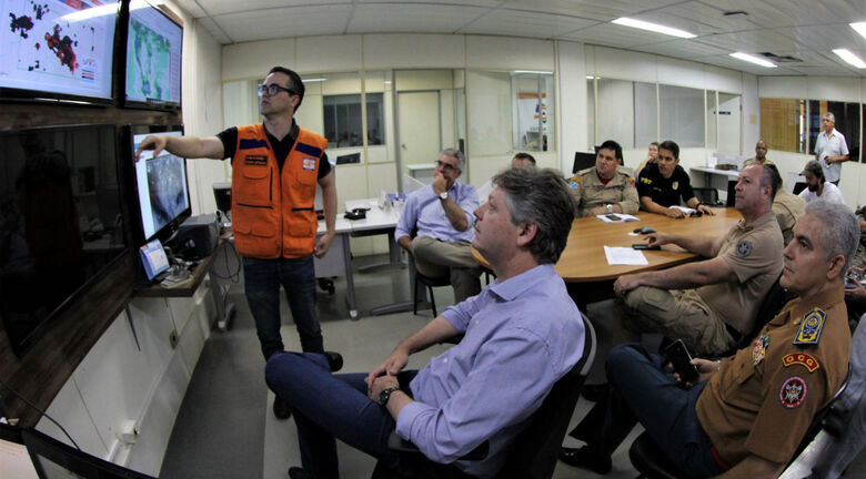 Reunião na Sala de Situação contou com as presenças do secretário Jaime Verruck e do comandante do CBMS, coronel Joílson Amaral - Crédito: Divulgação