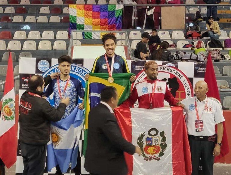 Sidnei do Carmo com e medalha conquistada no Peru - Crédito: Divulgação