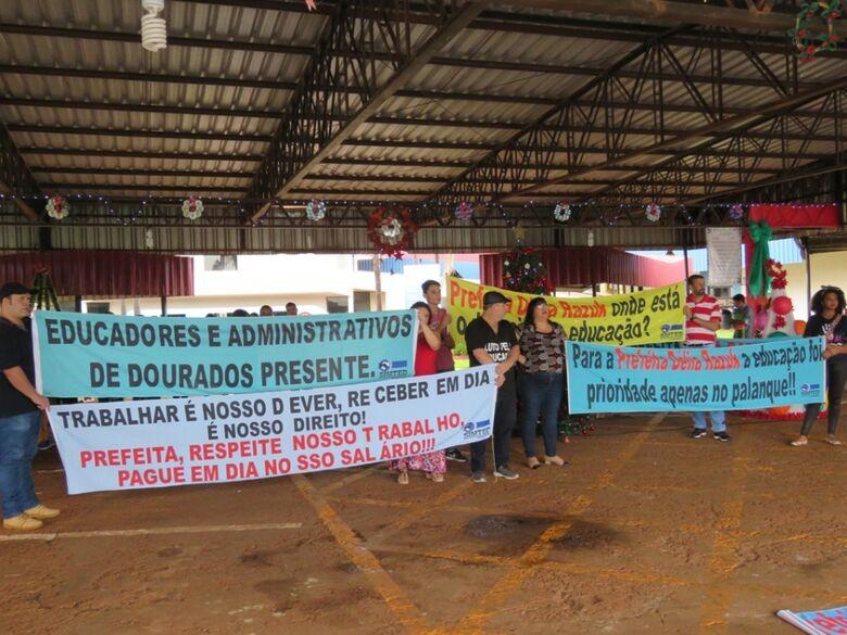 Em dia de paralisação, educadores protestam contra fechamento de salas de aula e atraso salarial - Crédito: Divulgação/Simted
