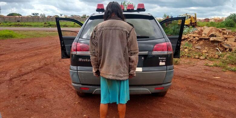 Mulher foi detida e será encaminhada à delegacia - Crédito: Cido Costa