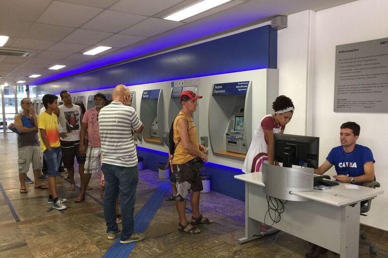 O saque começou em setembro para quem tem poupança ou conta corrente - Foto: Agência Brasil -