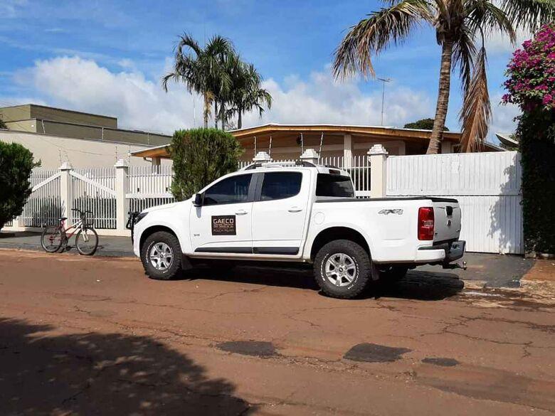 Viatura do Gaeco em frente à casa do chefe de Gabinete da Prefeitura de Fátima do Sul - Crédito: Divulgação