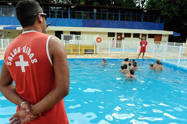 Lei que obriga salva-vidas em clubes com piscinas foi sancionada em Dourados - Crédito: Divulgação