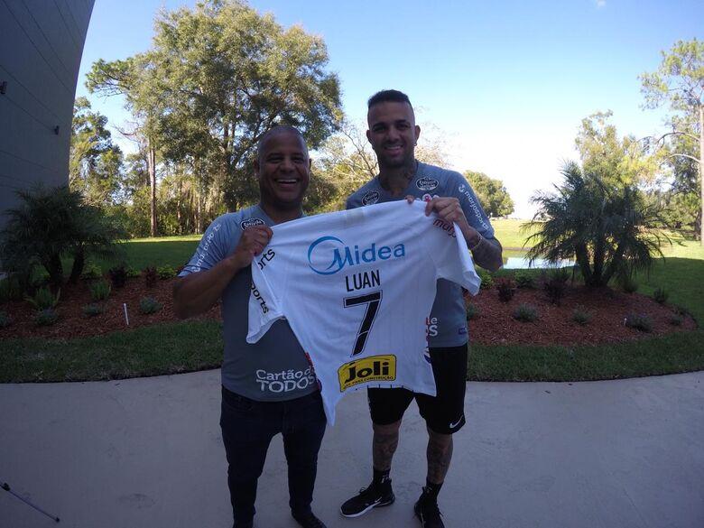 """Luan é apresentado no Corinthians: """"usava esse uniforme desde pequeno"""" - Crédito: Divulgação"""