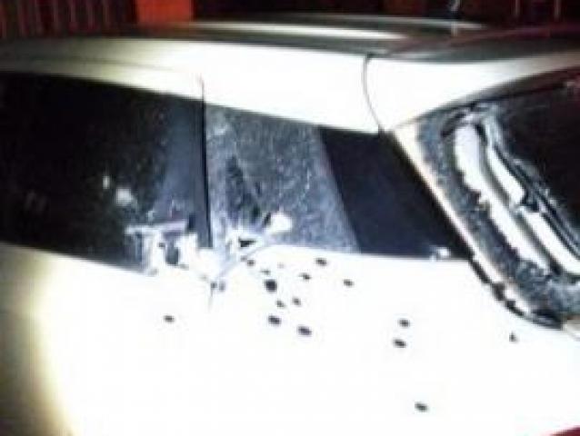 Veículo que estava no local foi alvejado - Crédito: Divulgação