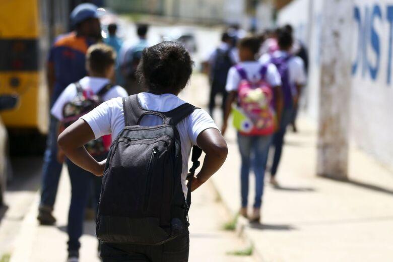Mochilas pesadas na infância podem acarretar problemas na fase adulta - Crédito: Marcelo Camargo/Agência Brasil