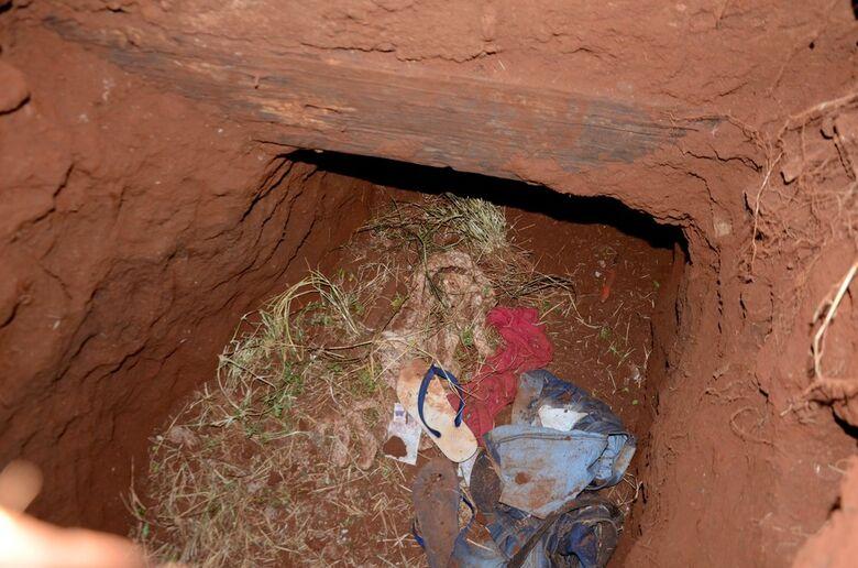 Roupas são vistas na entrada de um túnel na prisão de Pedro Juan Caballero, no Paraguai, por onde dezenas de presos fugiram na manhã deste domingo - Crédito: Marciano Candia/AP