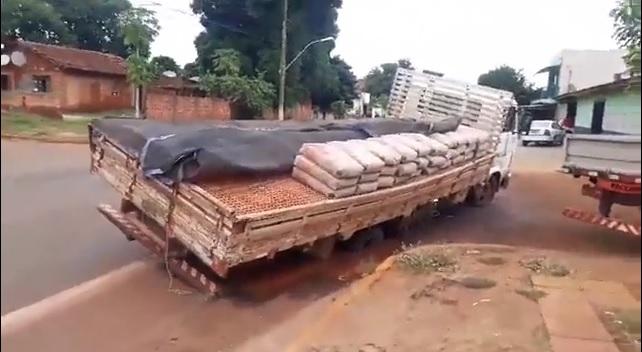 Caminhão fiou preso em buracão na rua Eulália Pires - Crédito: Divulgação