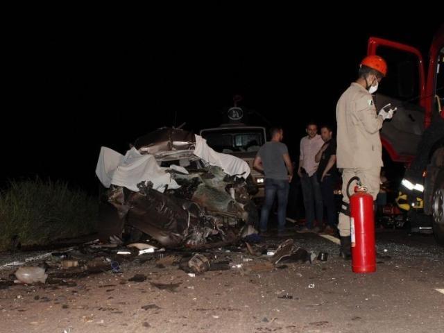 Veículo de passeio  ficou destruído com o impacto - Crédito: Jornal da Nova