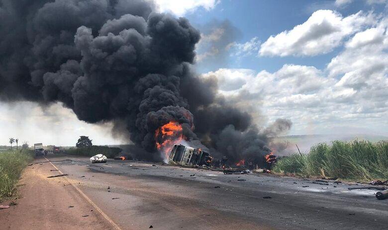 Acidente entre caminhão e carreta deixa um morto na BR-267, - Crédito: Alvorada Informa