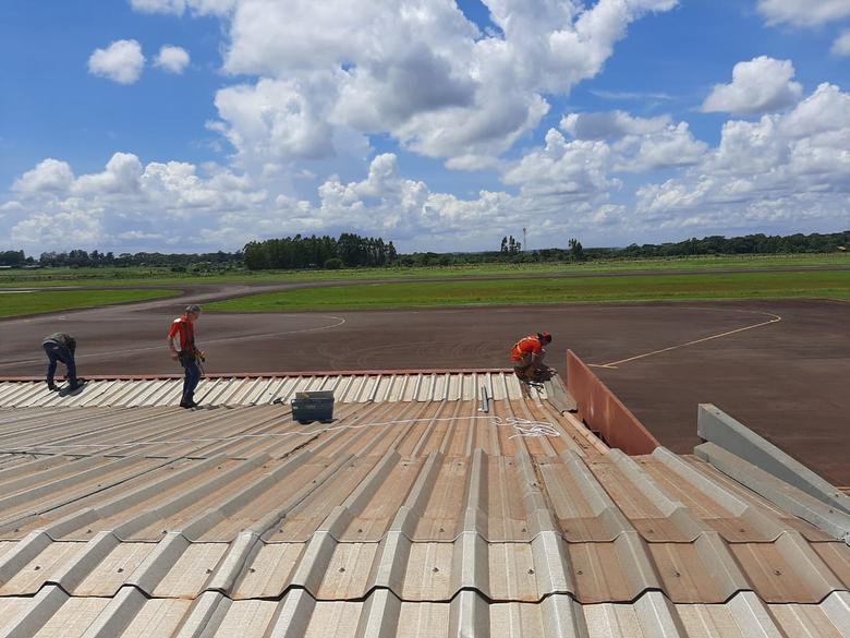 Telhado do terminal de passageiros do aeroporto está sendo substituído - Crédito: Carlos Marinho