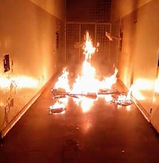 Infratores começaram motim com a queima de colchões - Crédito: Divulgação
